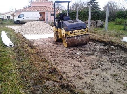 Décapage de la terre végétale sur 20cm, pose géotextile et calcaire 0/120