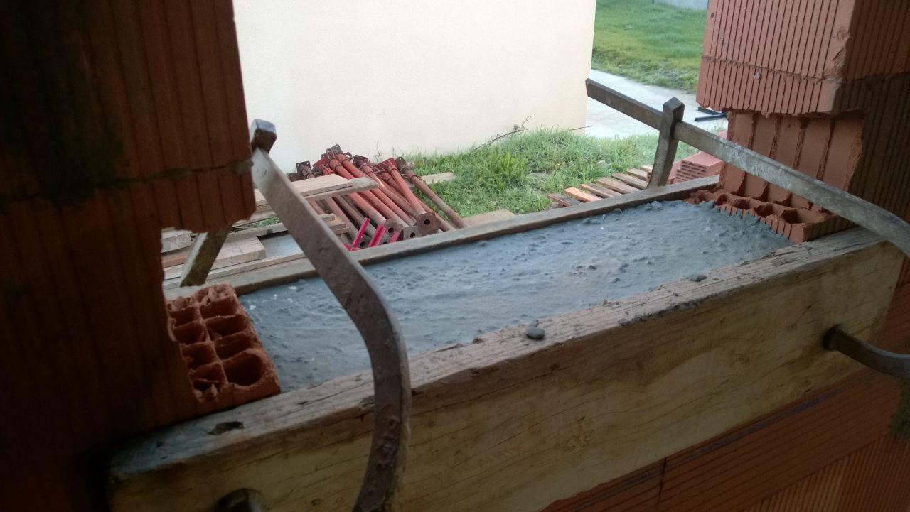 Encadrement de fenêtre découpé pour accueillir appui de fenêtre