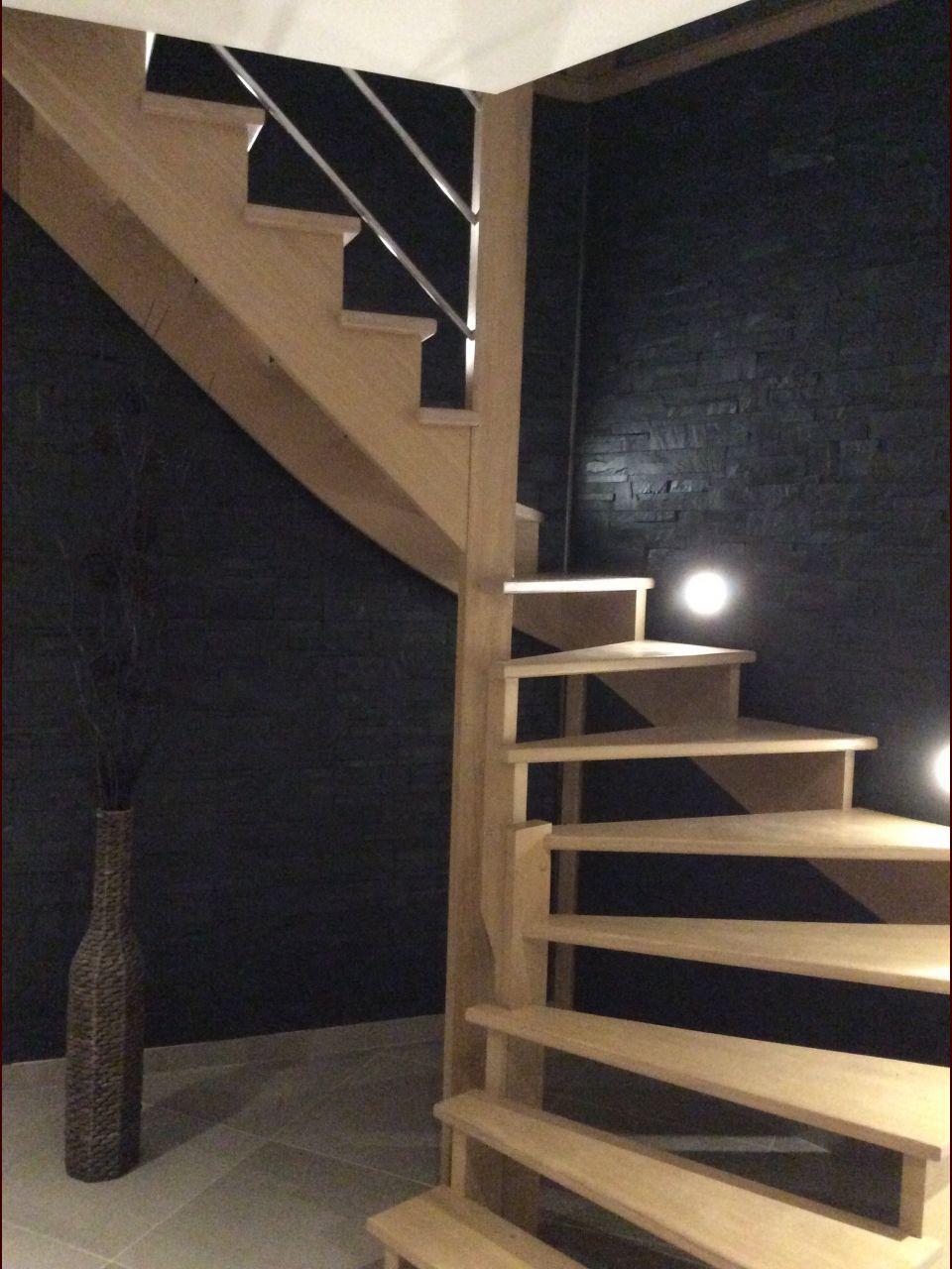 escalier en chêne avec de la pierre naturelle en mural  escalier