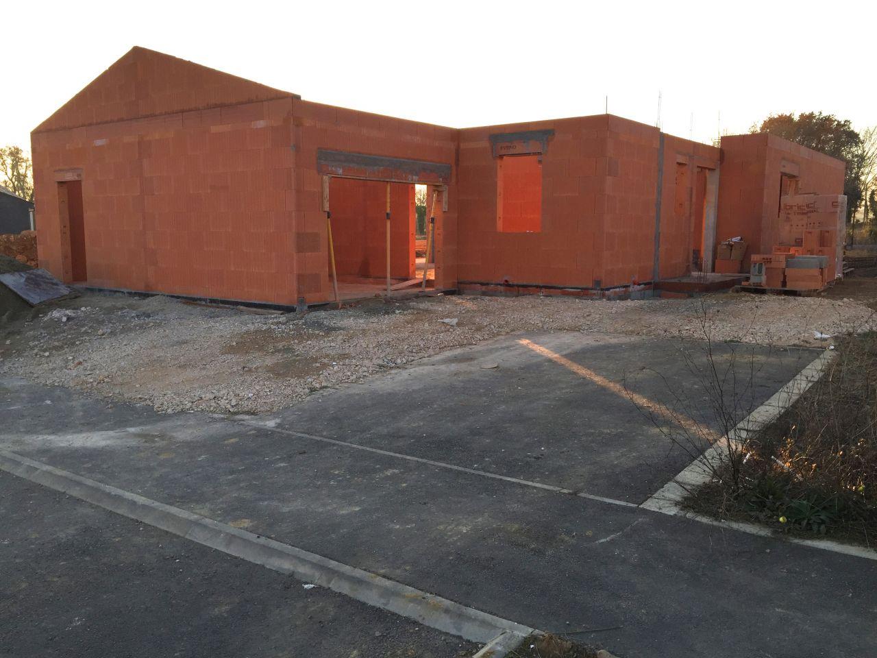 Fin des murs du rez-de-chaussée - coté rue - Garage et porte d'entrée