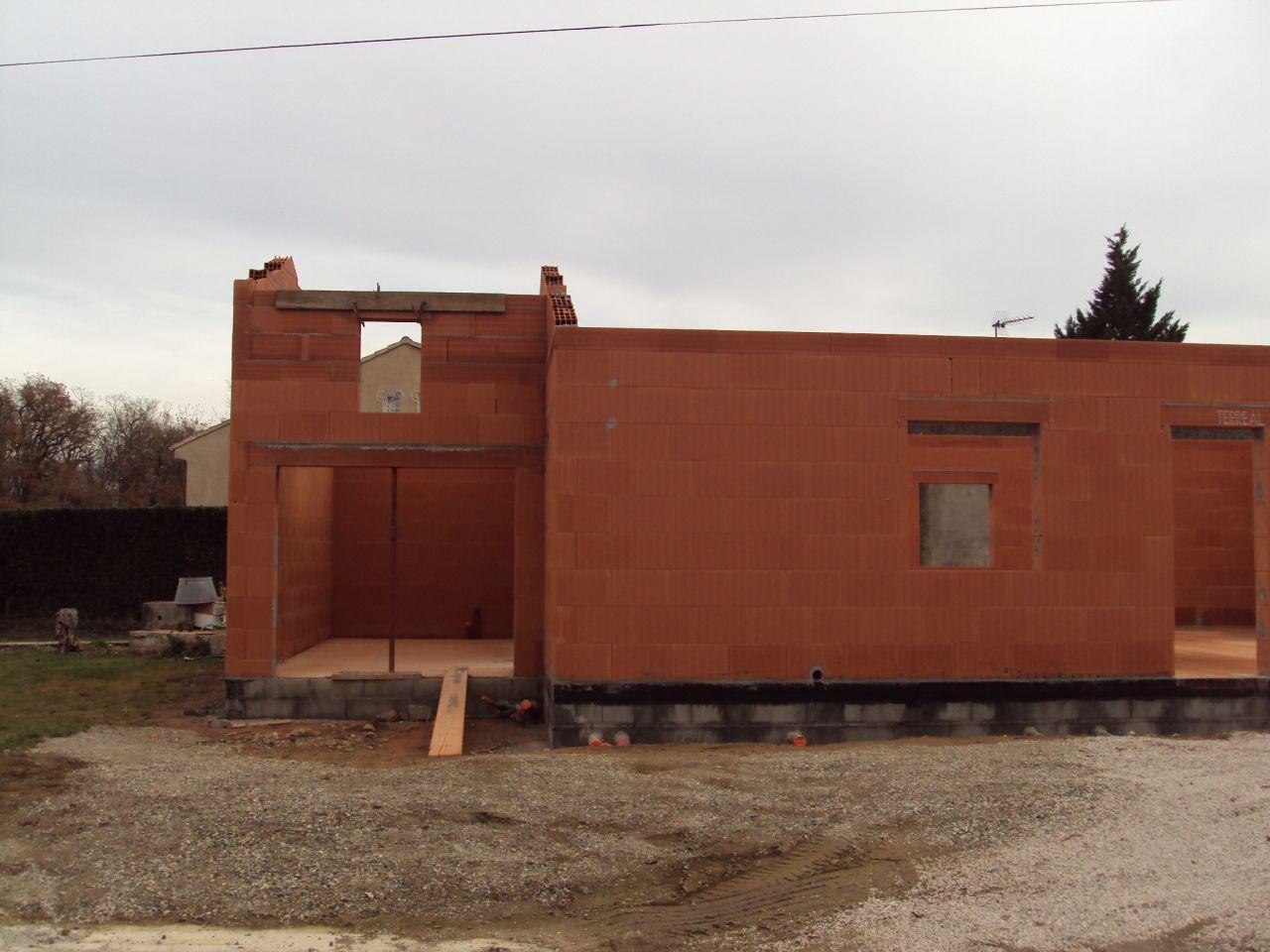 garage avec rochelle et fenêtre de la cuisine