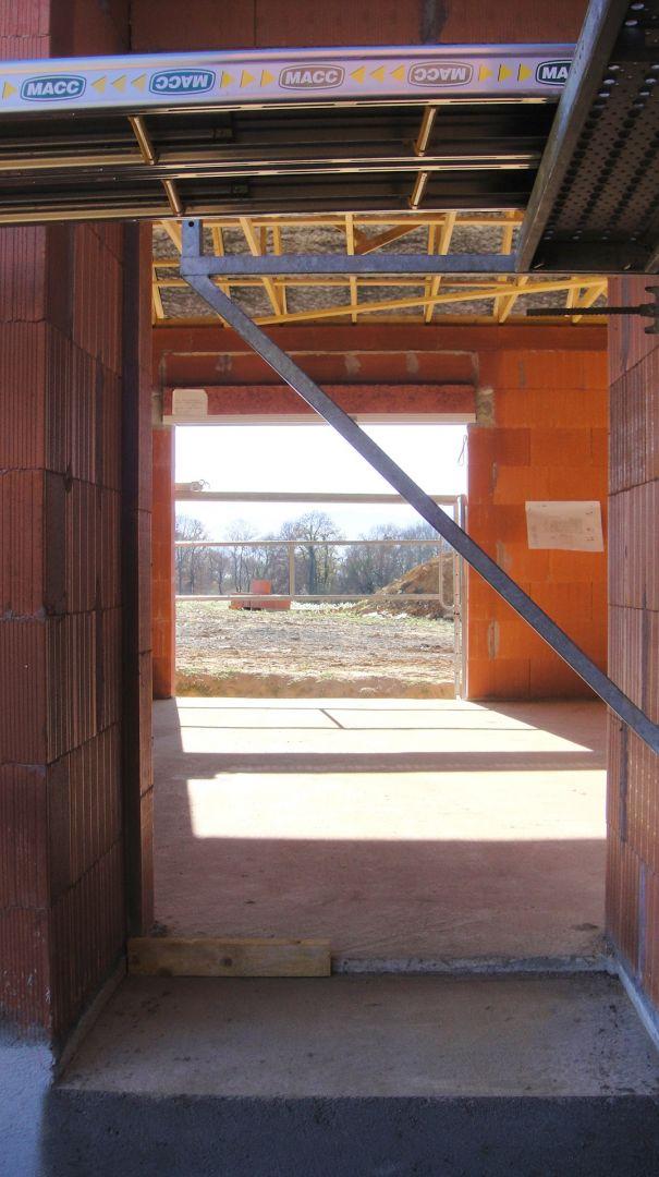 """La porte et le hall d'entrée feront face à cette baie coulissante. <br /> Su la gauche, une cloison de la cuisine devrait """"obstruer"""" et cacher la vue depuis la porte d'entrée. <br /> Nous prévoyons de poser une petite fenêtre d'atelier sur cette cloison pour laisser passer la lumière et profiter un peu plus de la vue"""