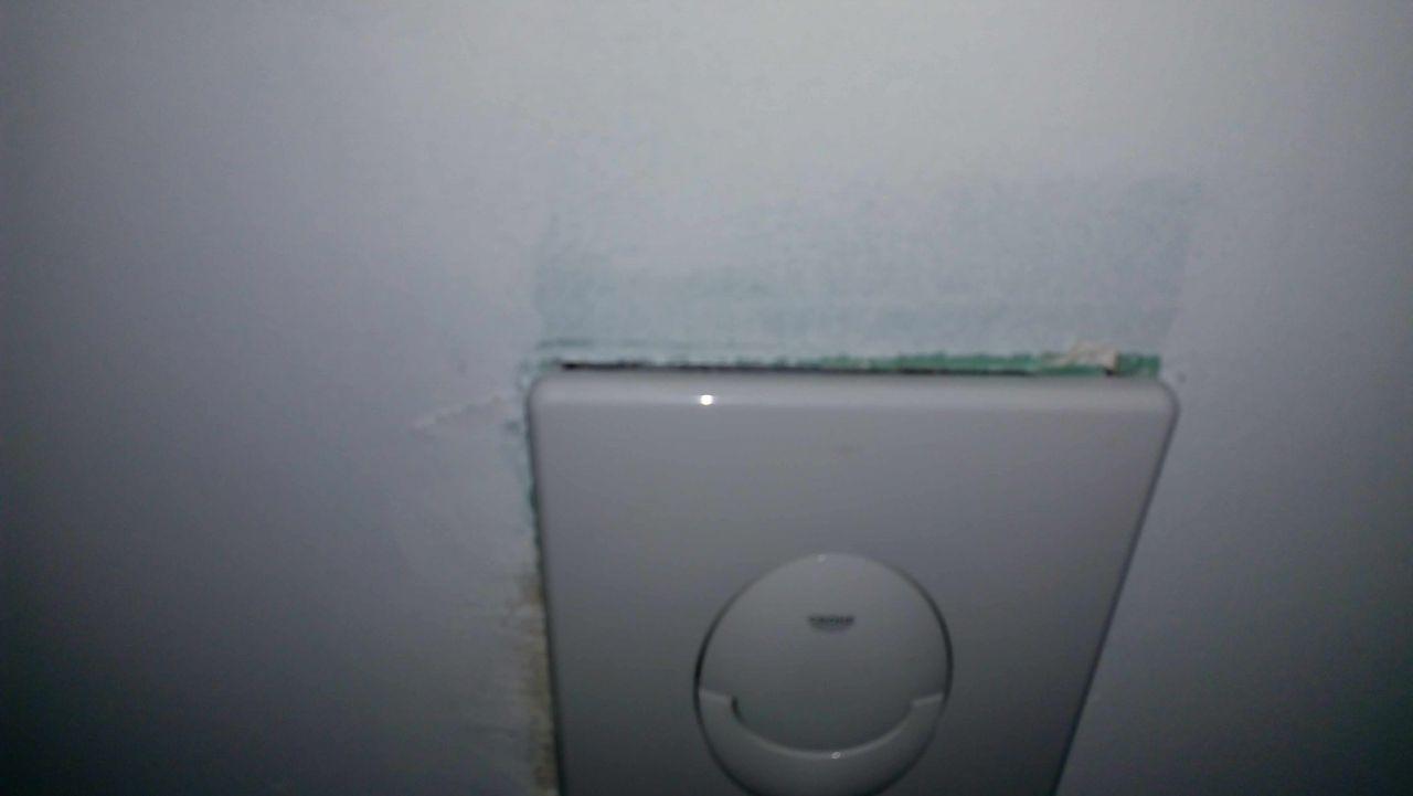 Découpe bouton wc trop grande.  <br /> Que feriez vous ?