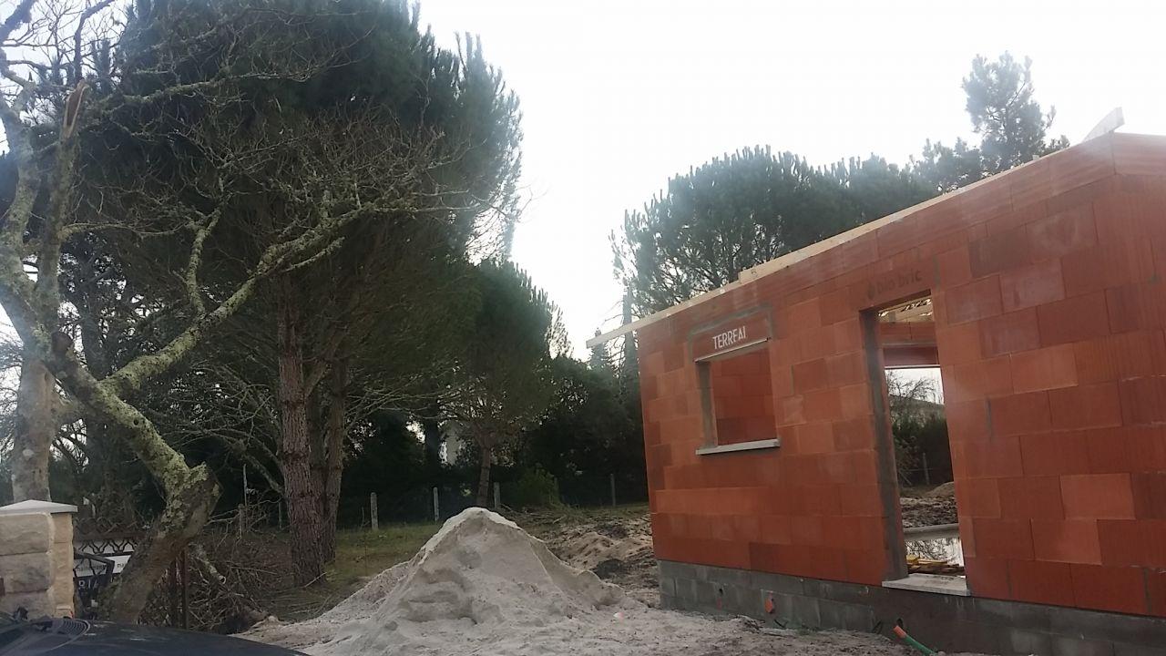 Futur emplacement de la terrasse (derrière le tas de sable, à l'angle de la maison)