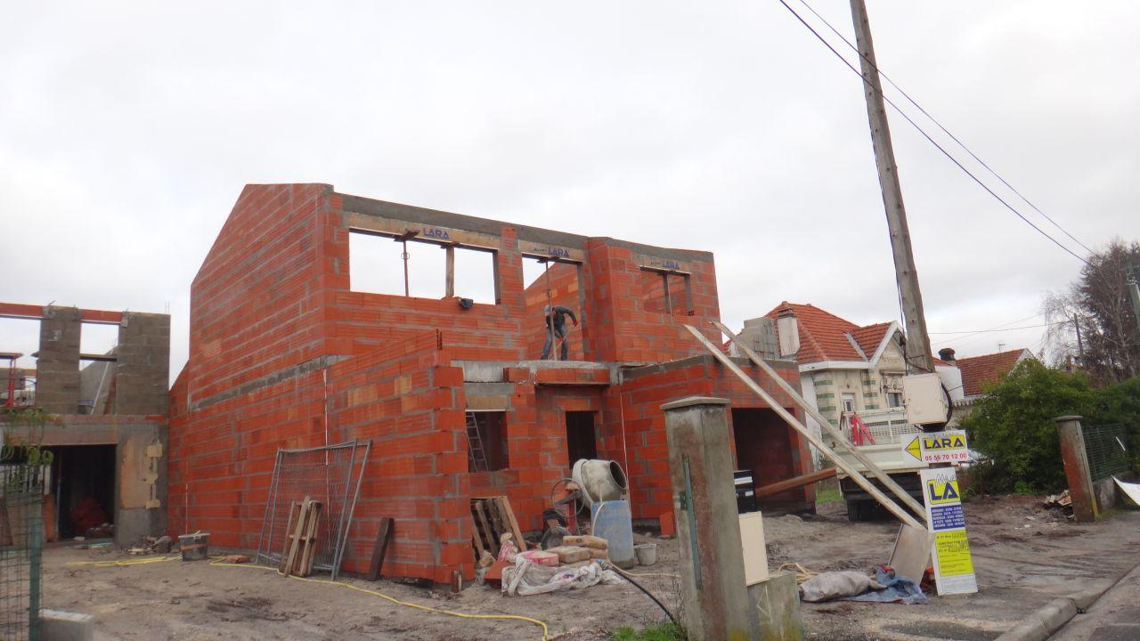 voici au 4ieme jour de l'elevation des murs avec le mur de pignon