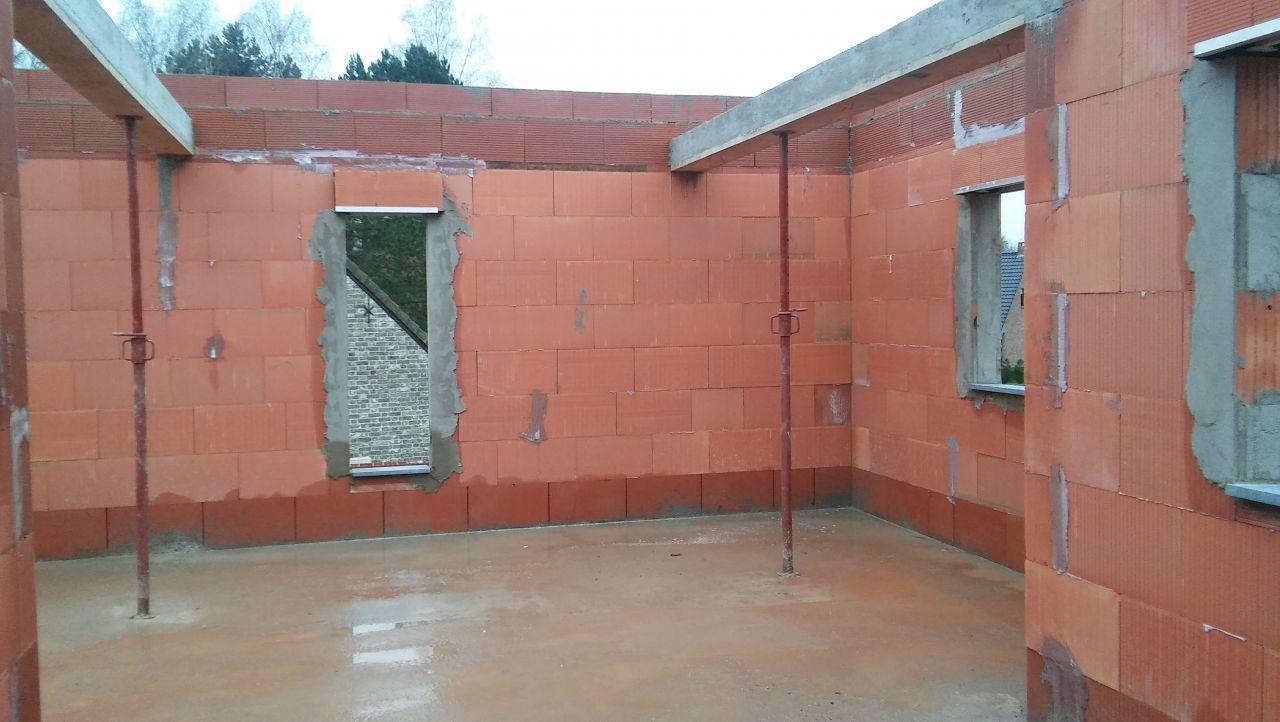 Chambre dans le fond et aperçue fenêtre du palier sur la droite