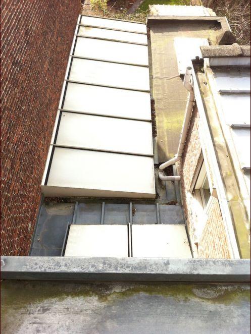 Vue depuis le 2nd étage de la véranda (à gauche) et du toit de la cuisine actuels. Au tout premier plan, la toiture qui surplombe le bureau et les plaques semi-opaques qui protègent le puits de lumière.