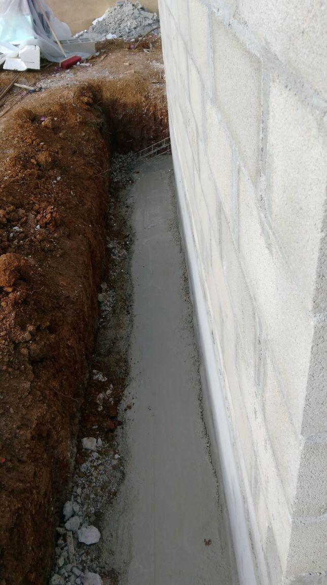 Drainage : béton pour faire la pente pour l'écoulement de l'eau. On fait le tour de la maison