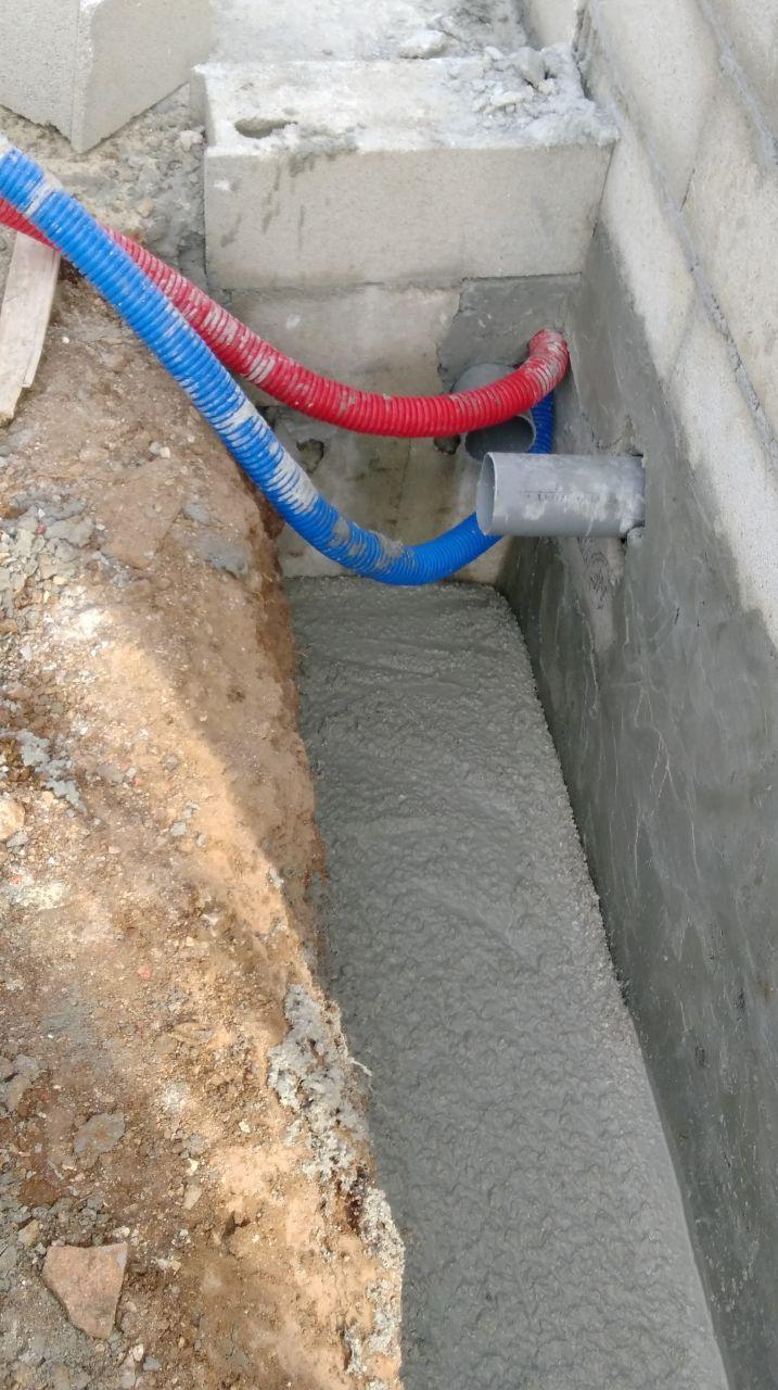 Drainage : béton pour faire la pente pour l'écoulement de l'eau