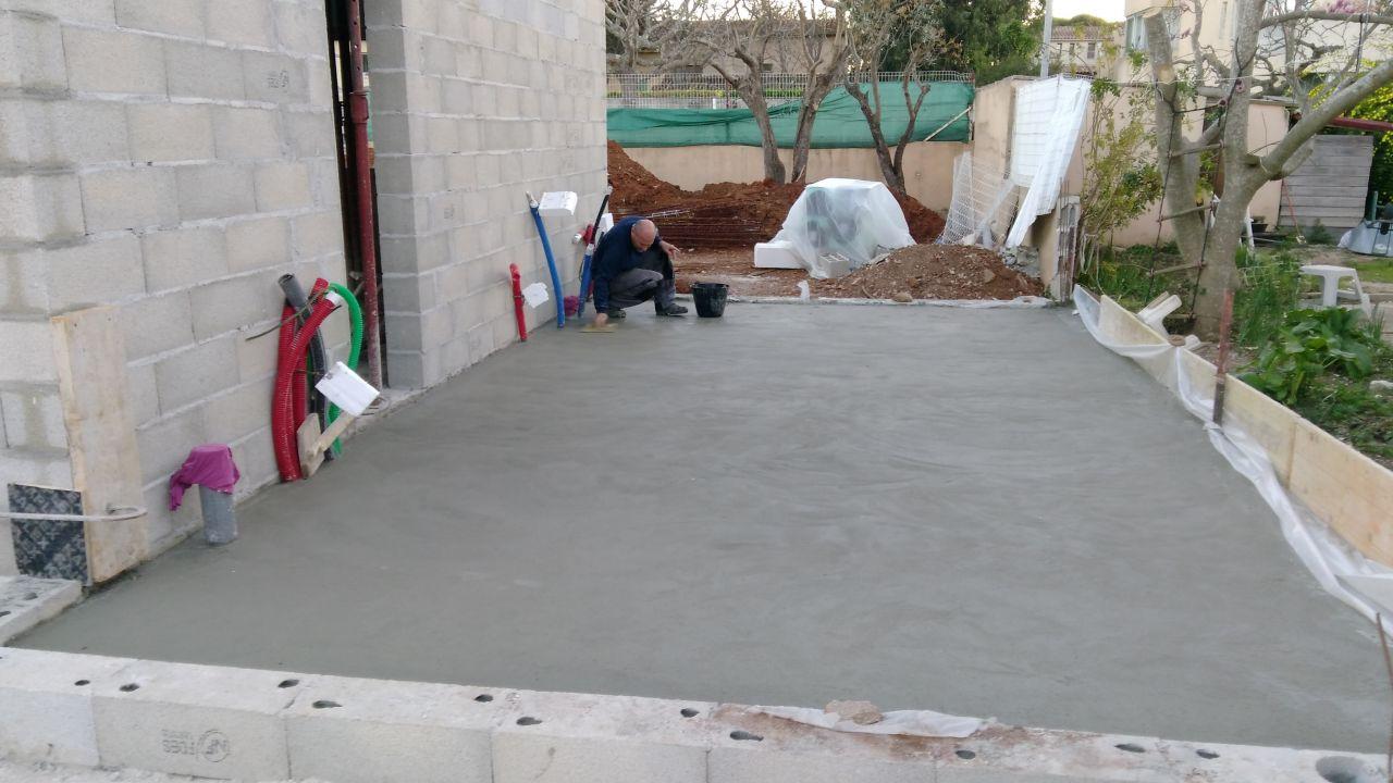 La dalle du garage a quelques heures, l'homme frotasse la surface ^^