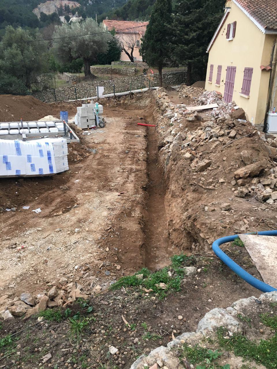 la tranchée de 25 mètres à mes frais pour que le voisin fasse son mur de soutènement !