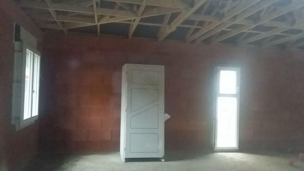 Intérieur - (de gauche à droite) Fenêtre ch amis / portes intérieures / fenêtre salle de bain