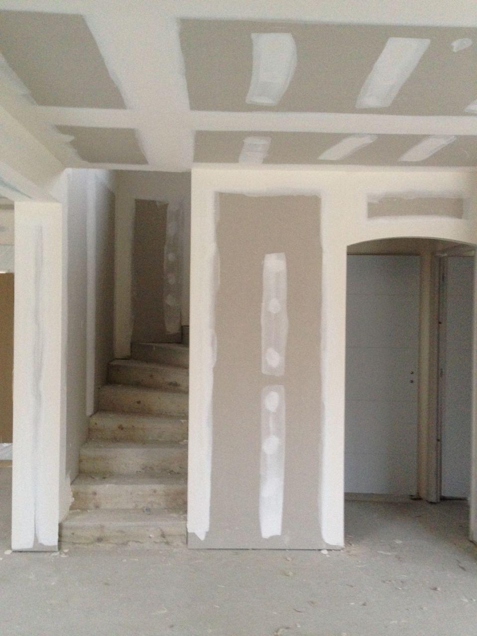 Vu de l'escalier et des portes du cellier et toilette.