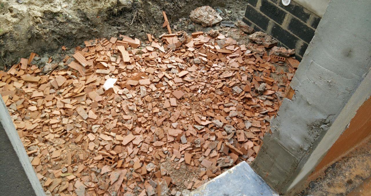 Débris de Bio bric que nous avons mis dans les trous autour de la maison