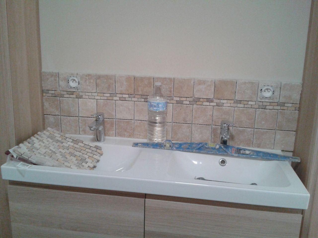 Salle de bain avec les travertins
