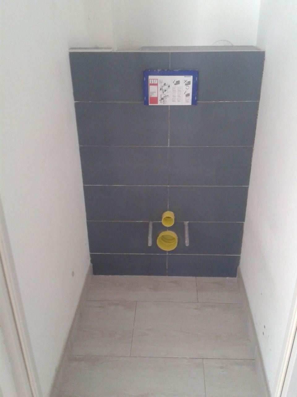 On en profite pour mettre des WC suspendu après avoir refait le sol