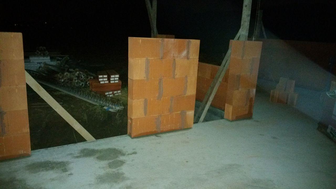 A gauche : Baie vitrée du futur bureau <br /> A droite : Porte d'entrée