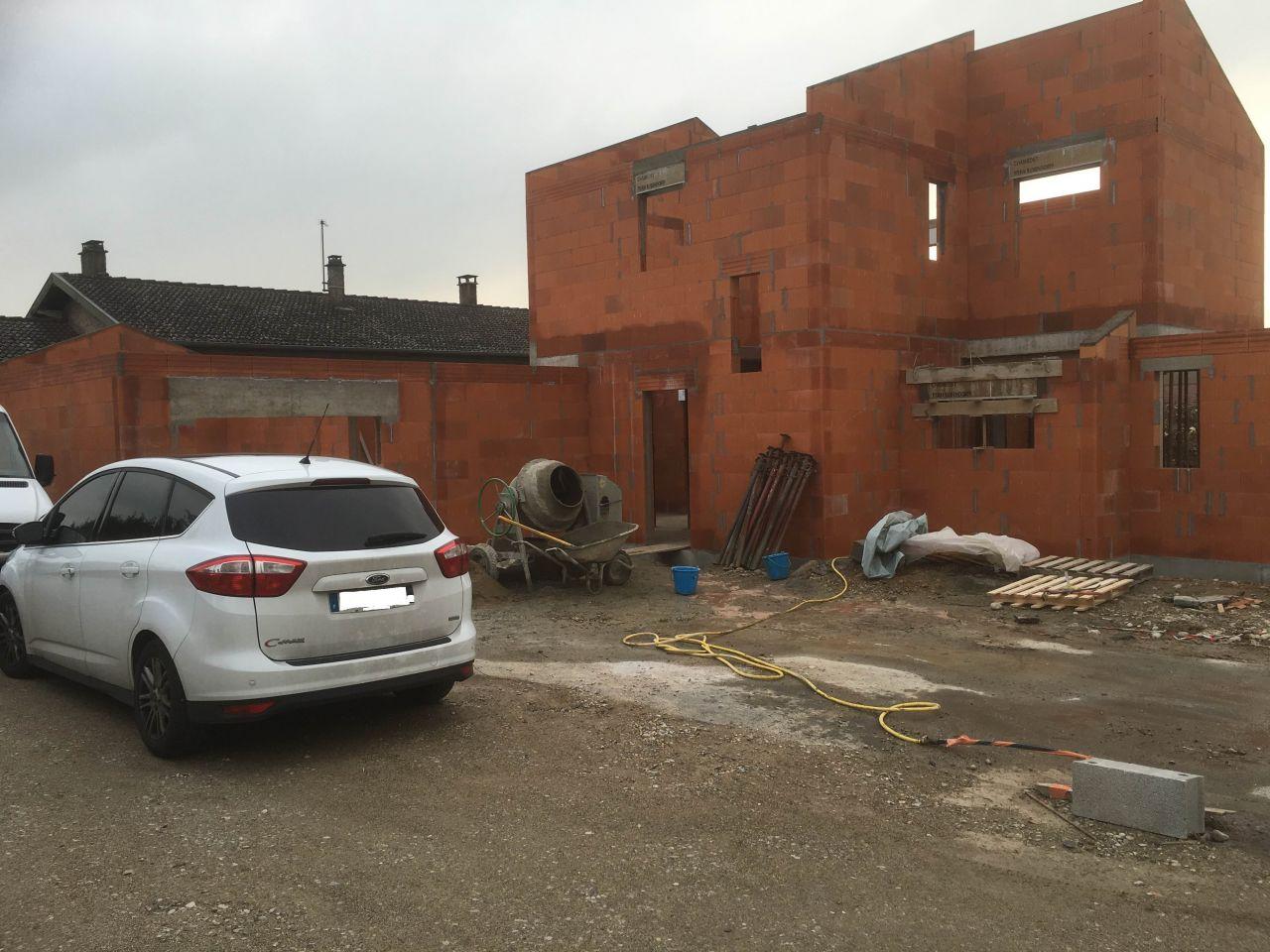 Vue sur le garage et sur le versant Est de la maison