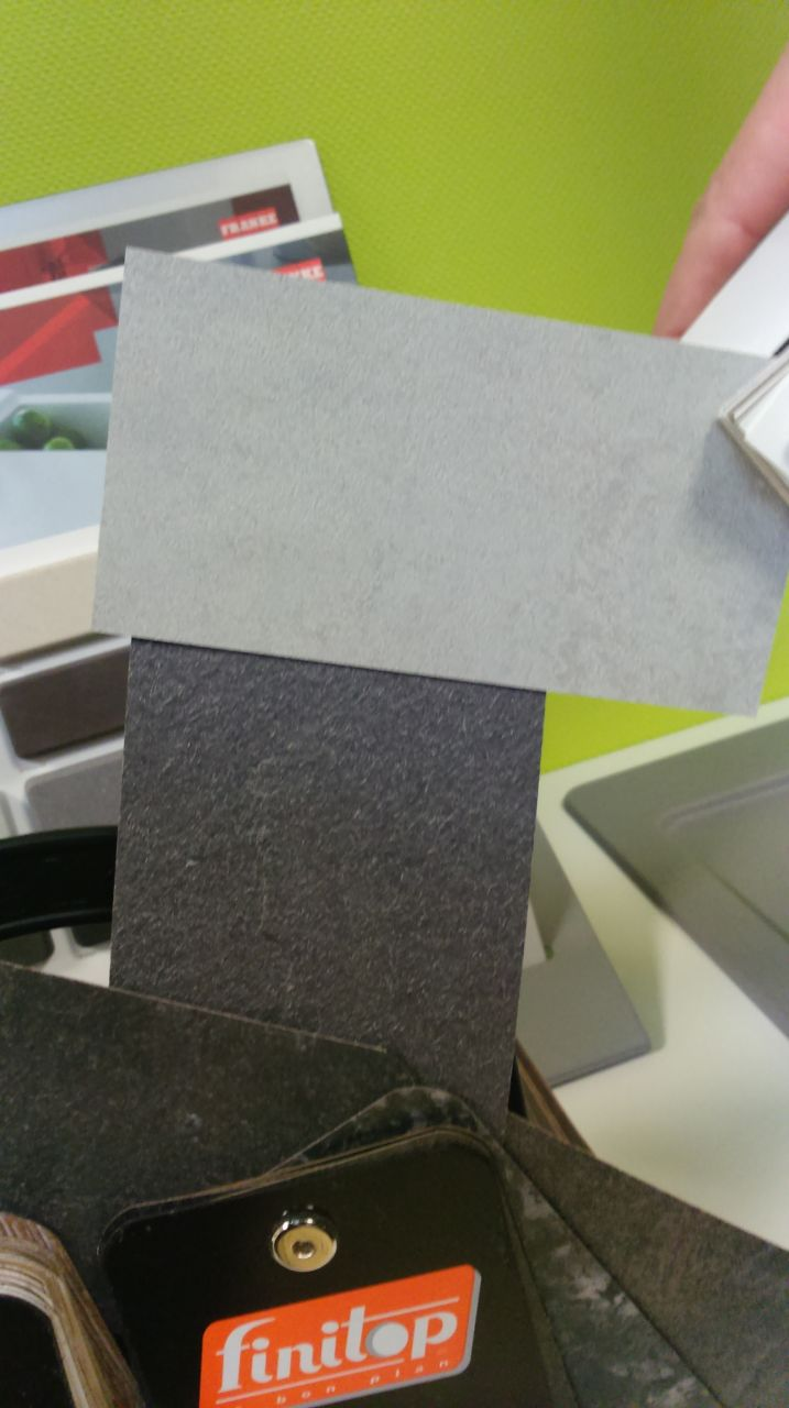gris clair des meubles de cuisine et gris foncé le plan de travail