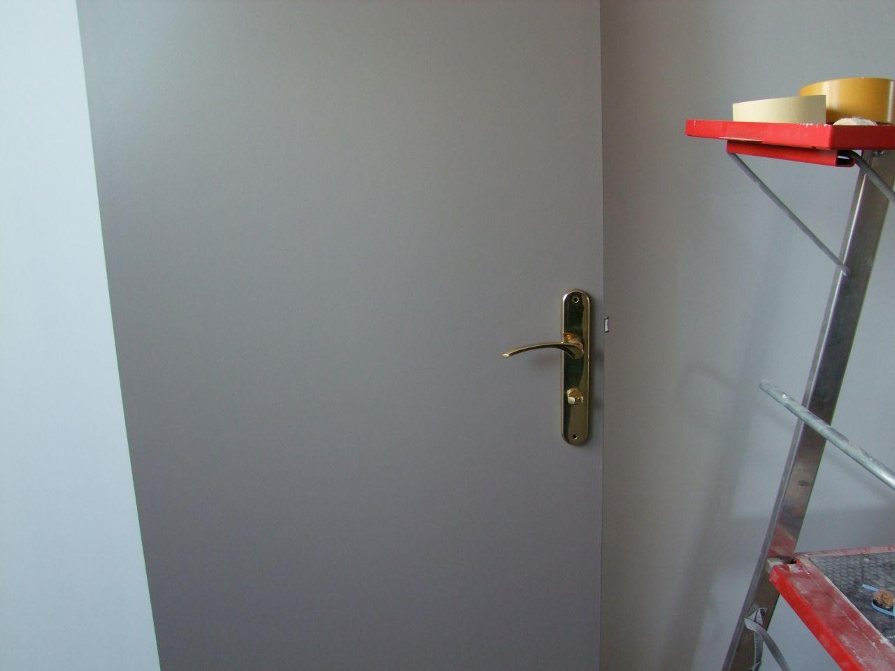 portes taupe   poignées cuivre
