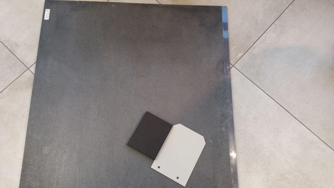 CERCOM Gravity DARK 80x80 <br />  <br /> avec les échantillons de notre future cuisine : <br />  <br /> - DEKTON DOOMOS pour le plan de travail <br /> - Laqué Kashmere Grey pour les façades