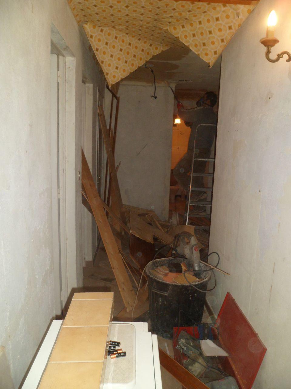 On casse tout !Monsieur retire le faux-plafond dans lequel était encastré un système de chauffage relié à la cheminée... prêt à enflammer toute la maison !