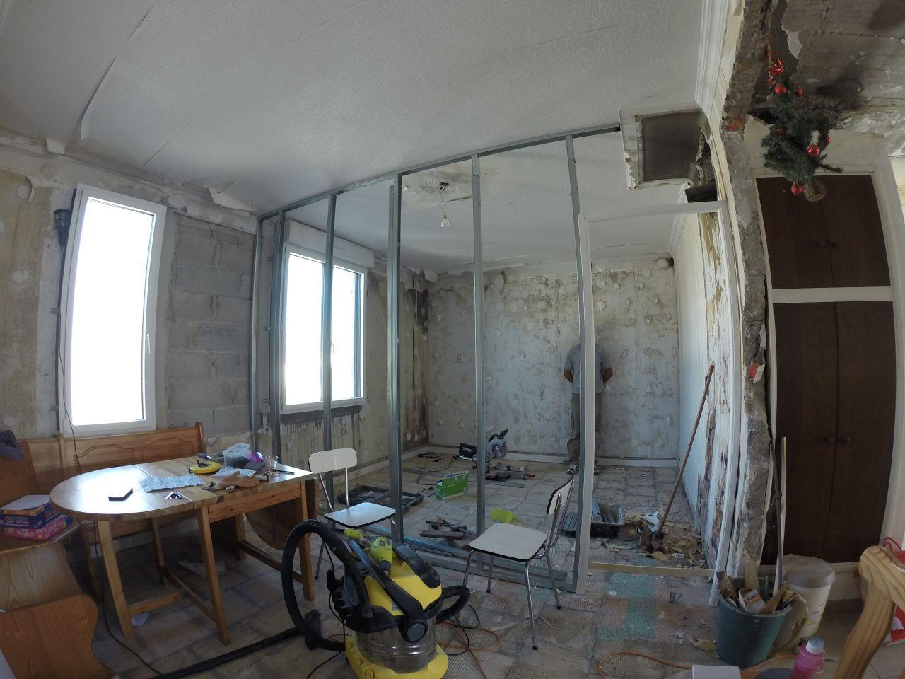Ossature métallique dans l'ancien salon qui devient chambre d'enfant et salle de bains