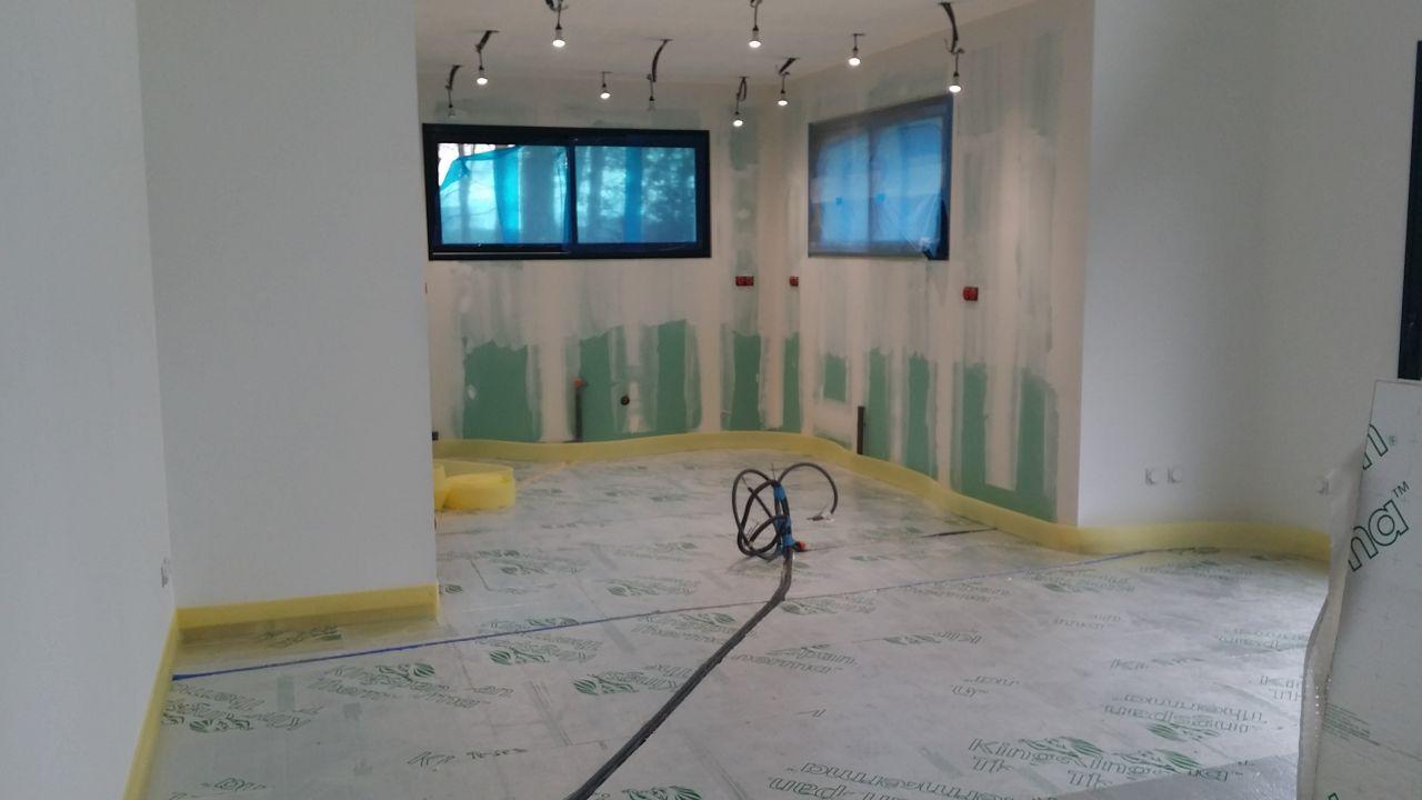 Peinture du salon fin de l 39 isolant chape st valery en - Bande peripherique chape ...