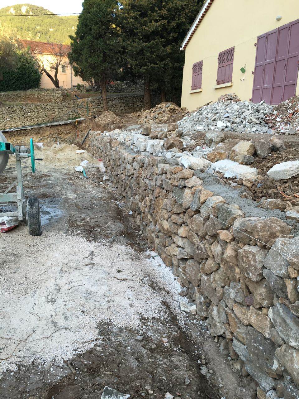 le mur en pierre grimpe doucement