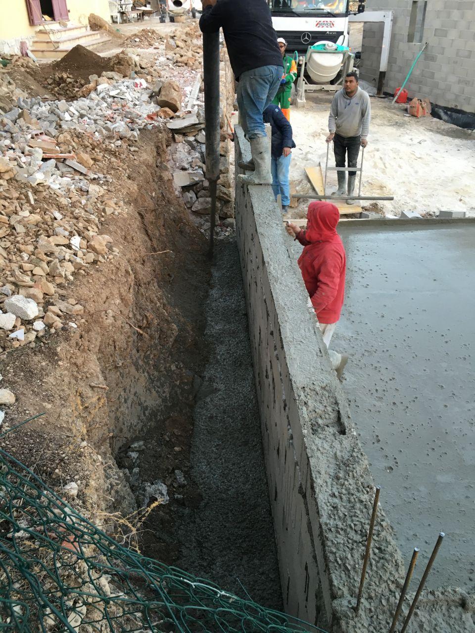 la dalle du garage est coulée : reste le mur banché a couler