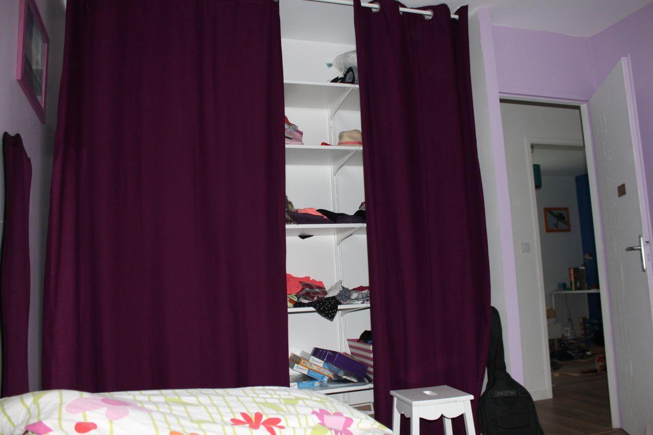 les rideaux cachent les étagères