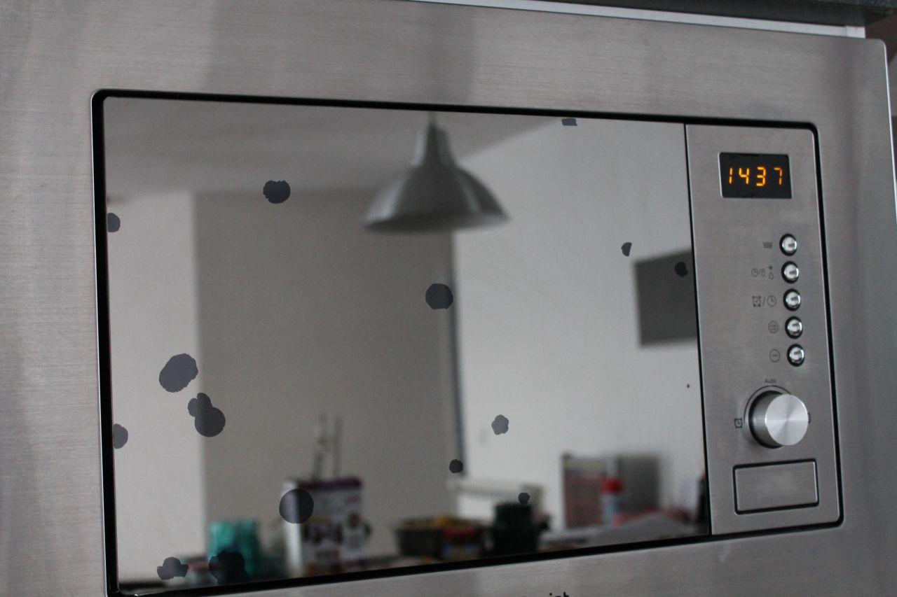 """Petit probleme, des taches sont apparues sur la porte """"miroir"""" du four à micro onde. Marque Hotpoint"""