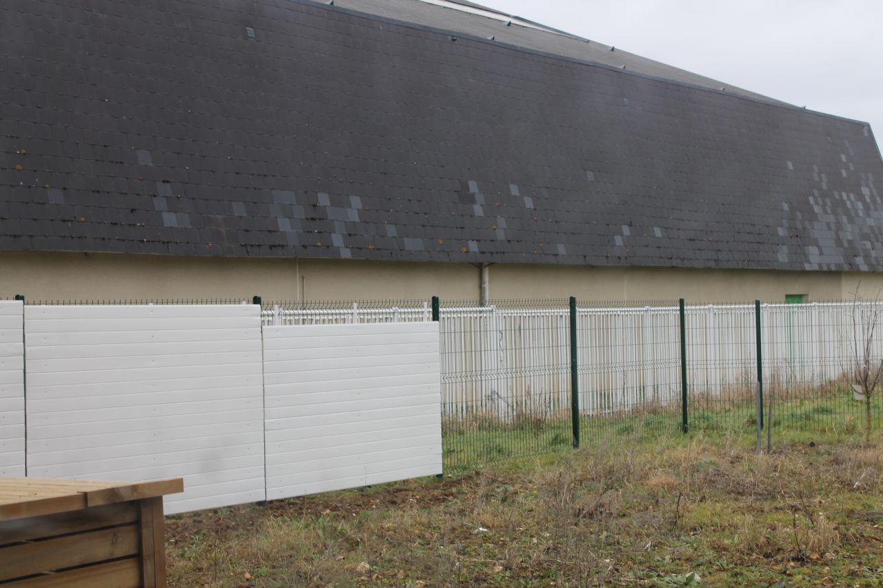 """Fabrication de brise-vue """"maison"""" en cours, avec du lambris pvc."""