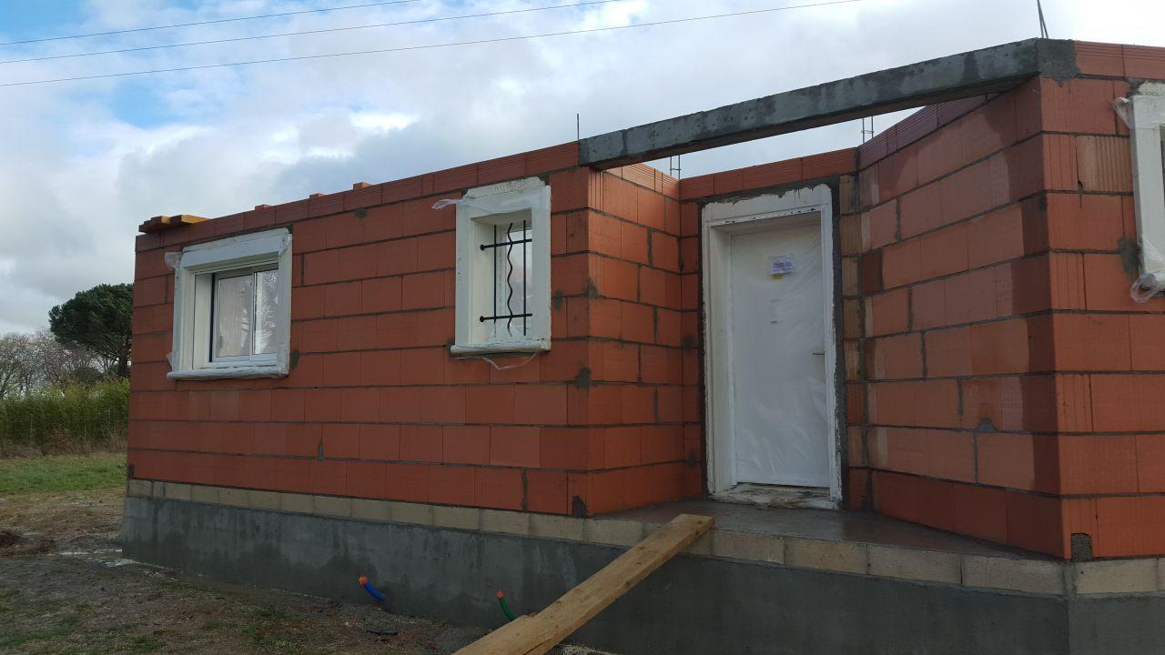 Façade de l'entrée <br /> Fenêtre des celliers et de la cuisine.