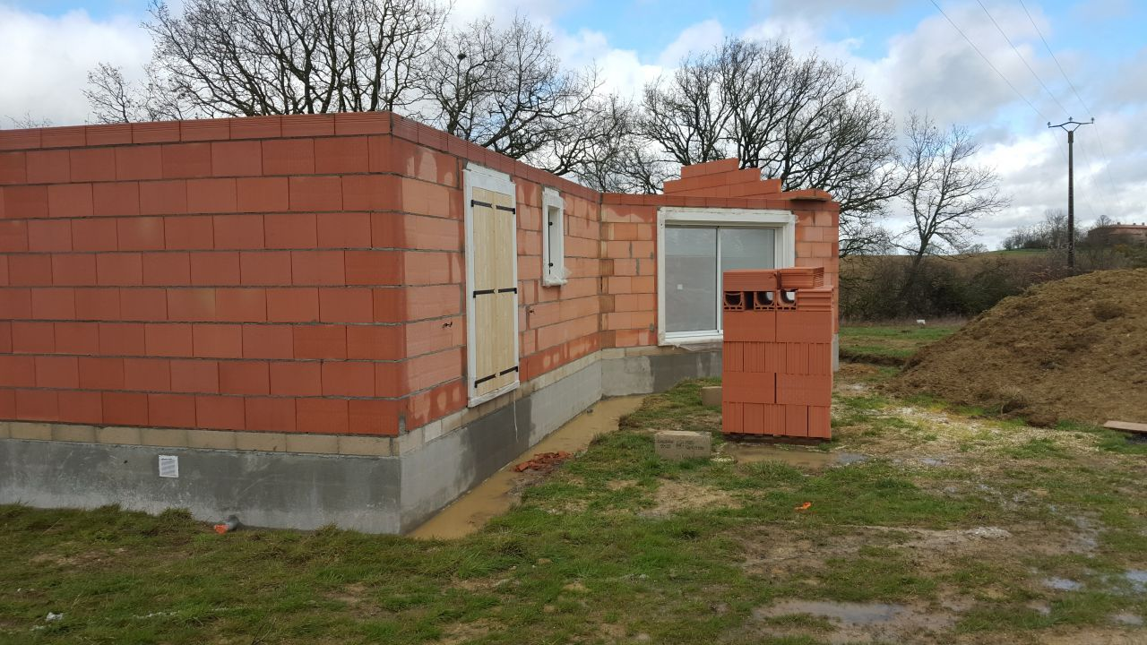 Façade du salon  <br /> Porte fenêtre de la chambre parentale, petite fenêtre de la salle de douche parentale et baie vitrée du salon.