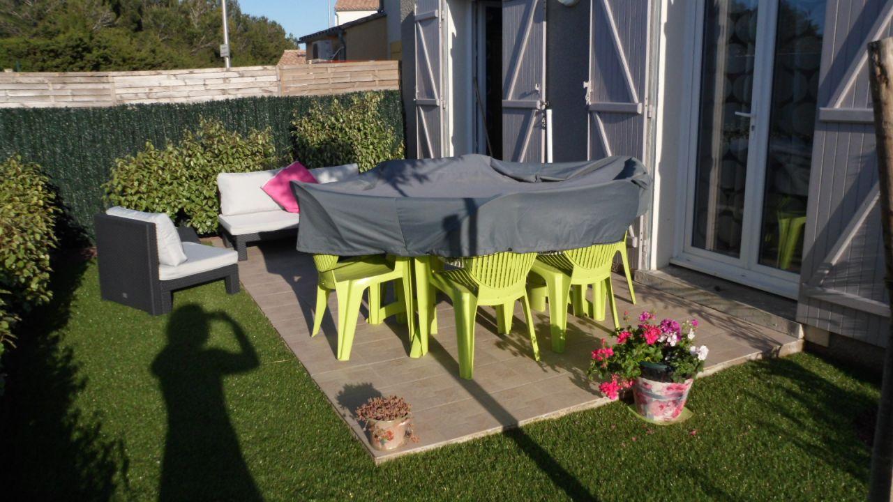Une idée d'un jardin avec gazon artificiel
