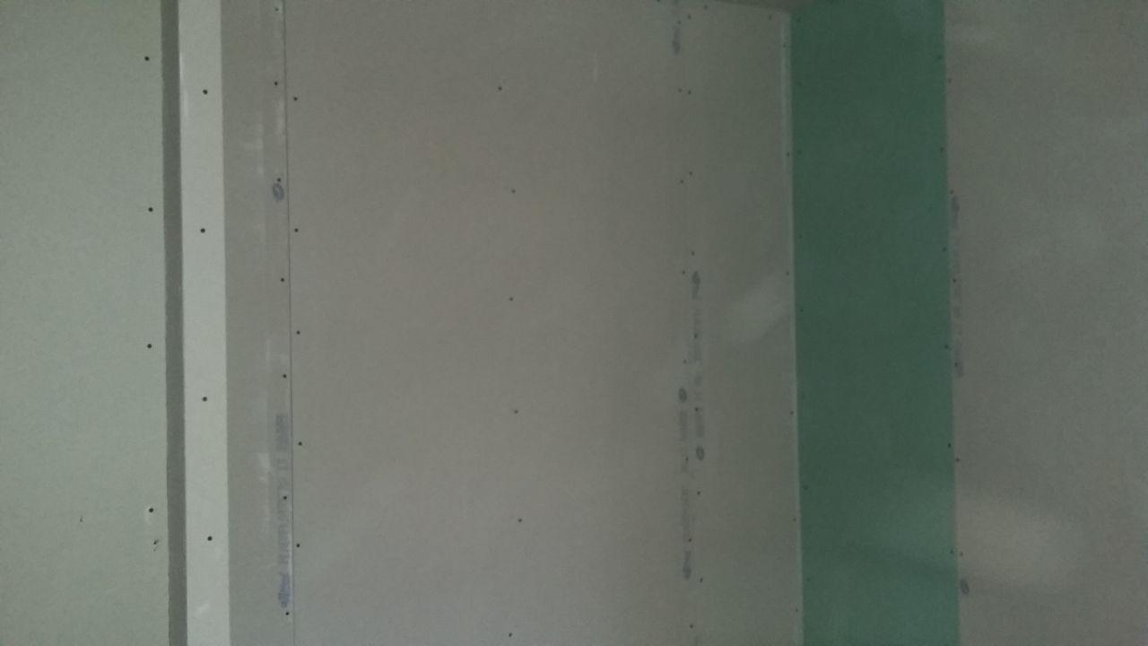 placard chambre d'enzo. ( y a le bout du placo de la salle de bain car c'est pour éviter de couper la plaque !)