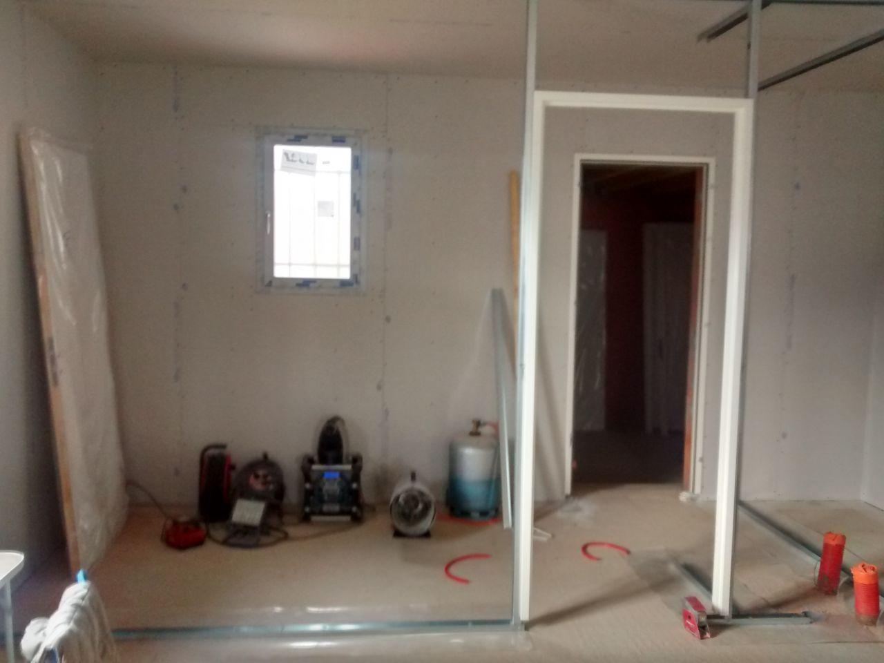 mise en place des rails. début des cloisons et pose des encadrements des portes (cellier et au fond le garage)