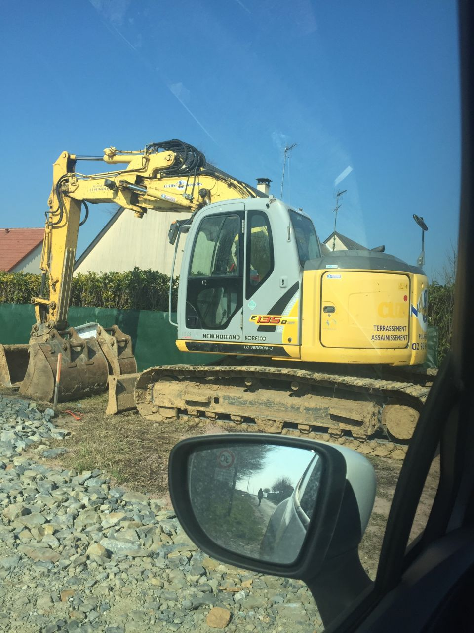 Le terrassement va bientôt commencer. L'engin est posé devant le terrain.
