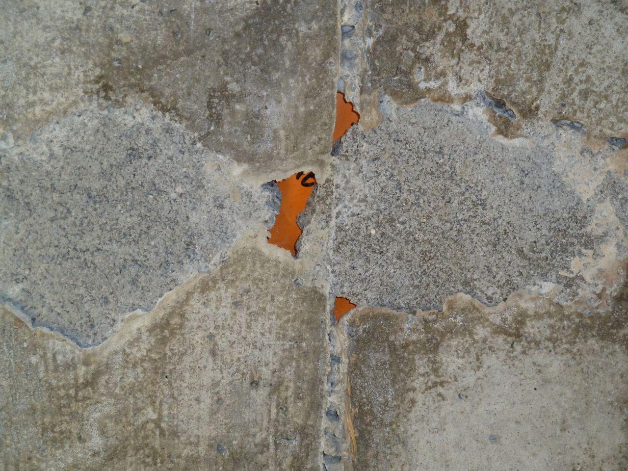 Plaque de coffrage emprisonnée dans le béton de la trémie