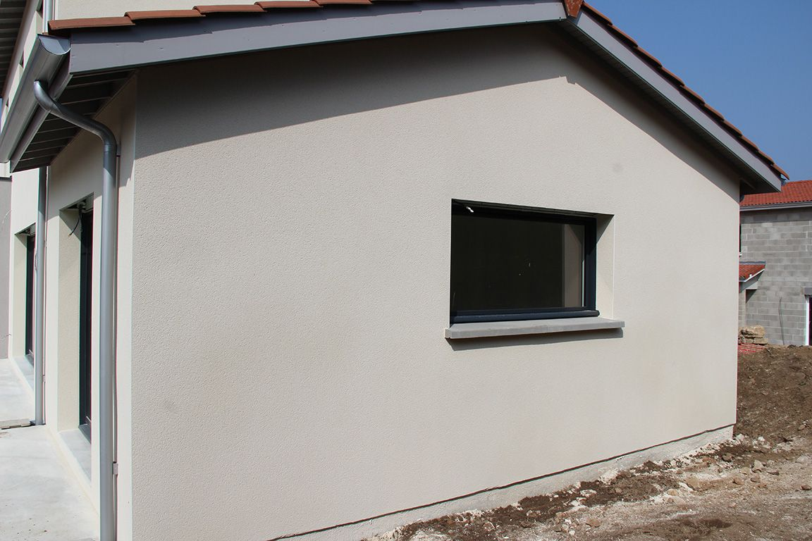 Application de la 1 re passe d 39 enduit monocouche for Teinte facade maison