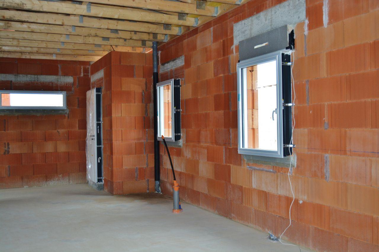 Les fenêtres d'une chambre,de la buandrie et de l'entrée.