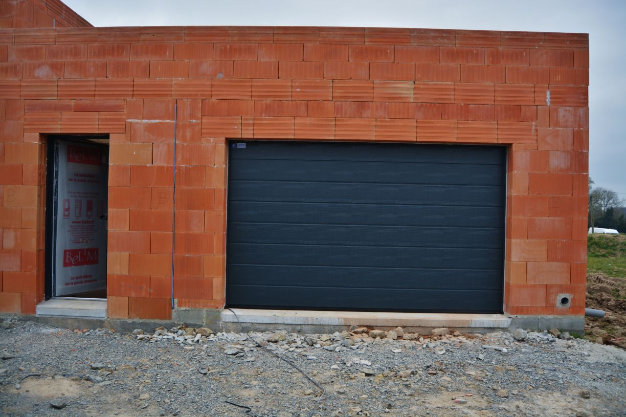 La porte de garage et la porte de service.