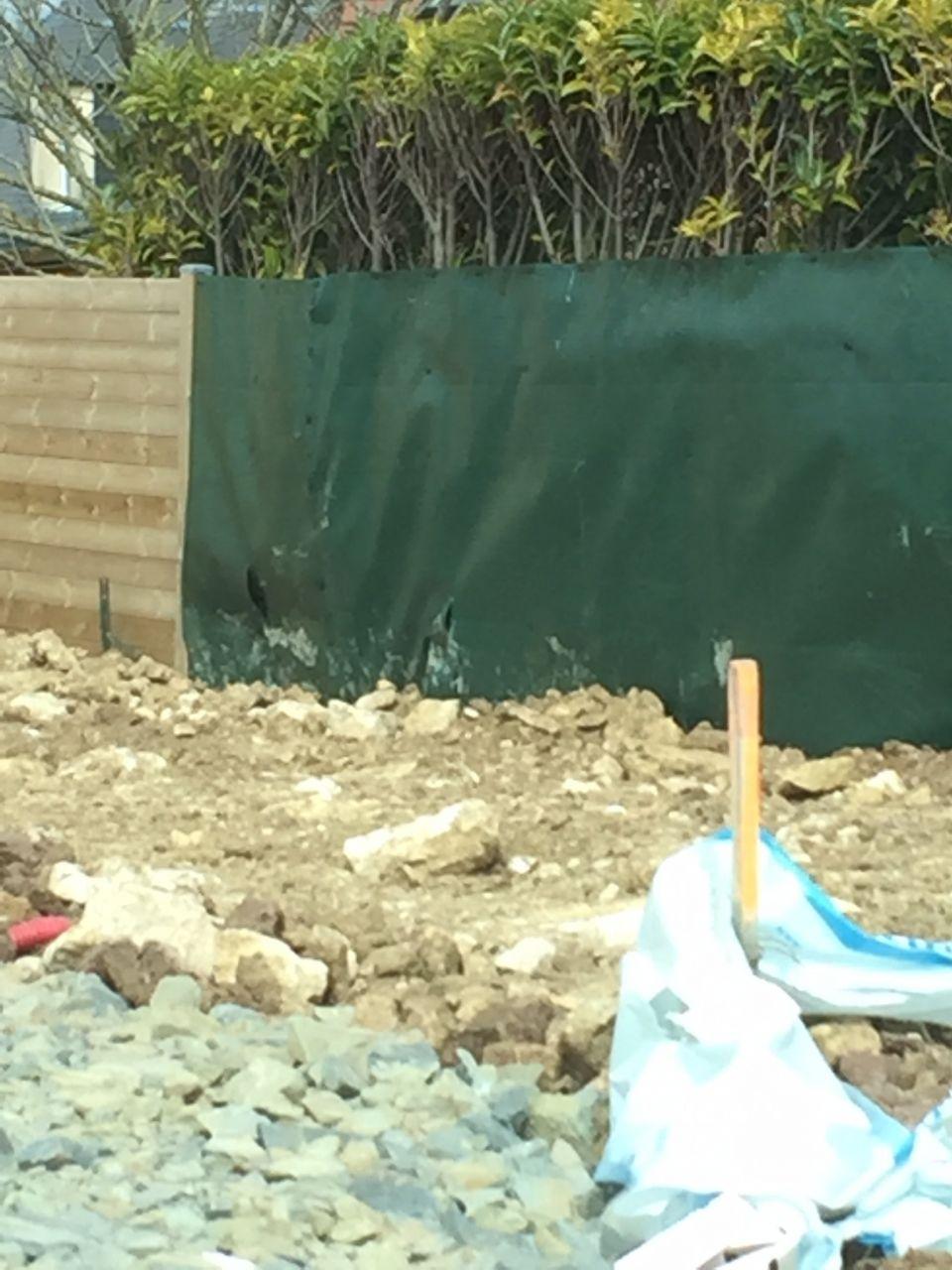plastique de la haie du voisin un peu arraché... <br />  <br /> J?espère que le terrassier va voir cela avec le voisin.