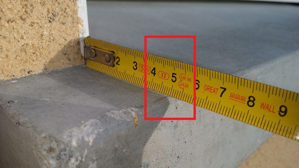 Visiblement une erreur de mesure et de pose, 4cm d'un coté et 5cm de l'autre, professionnel !? à vous de voir.
