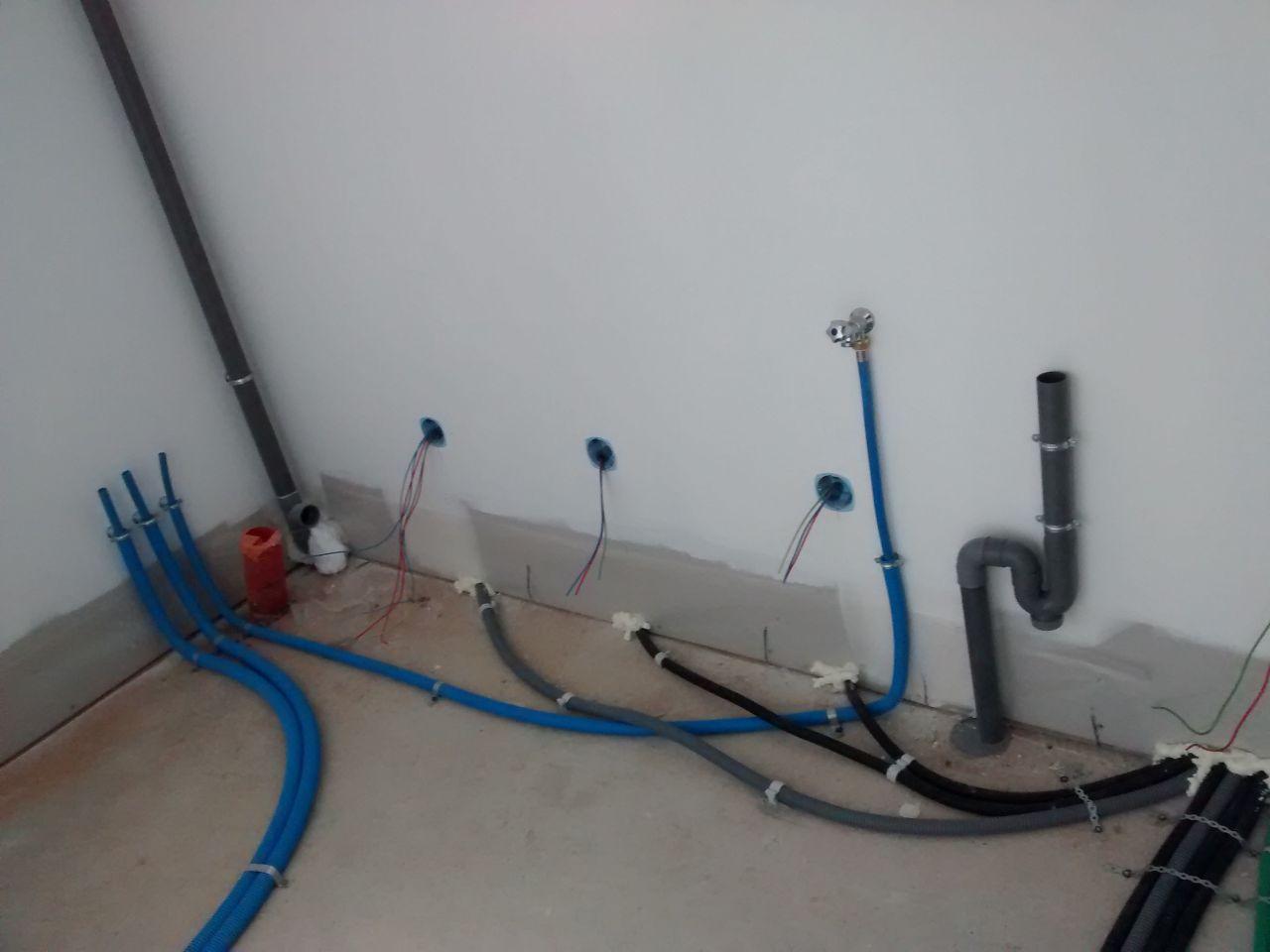 arrivée d'eau et évacuation de l'eau pour le lave linge, tuyaux pour le cumulus