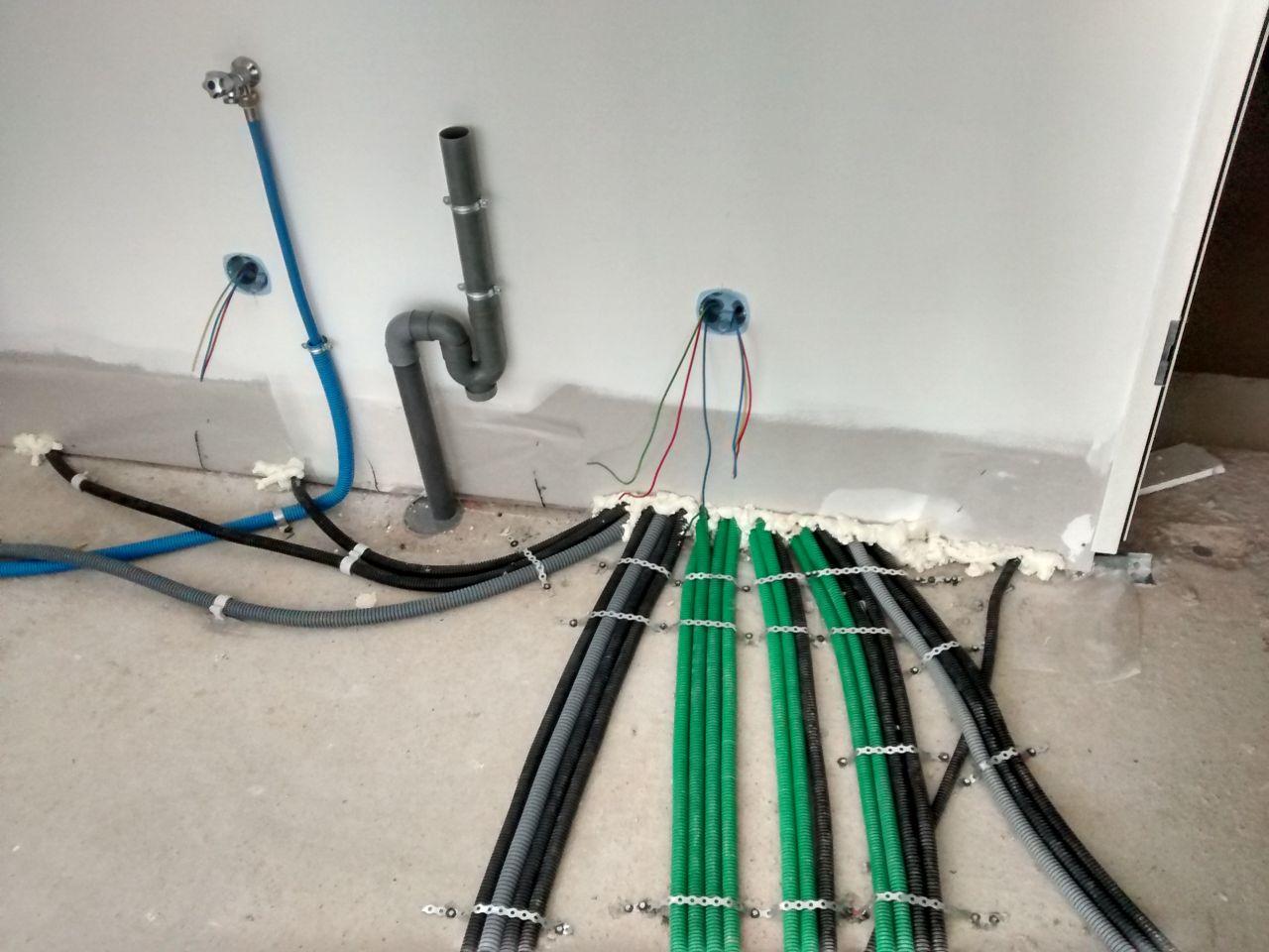 cellier: évacuation et arrivée d'eau pour le lave linge