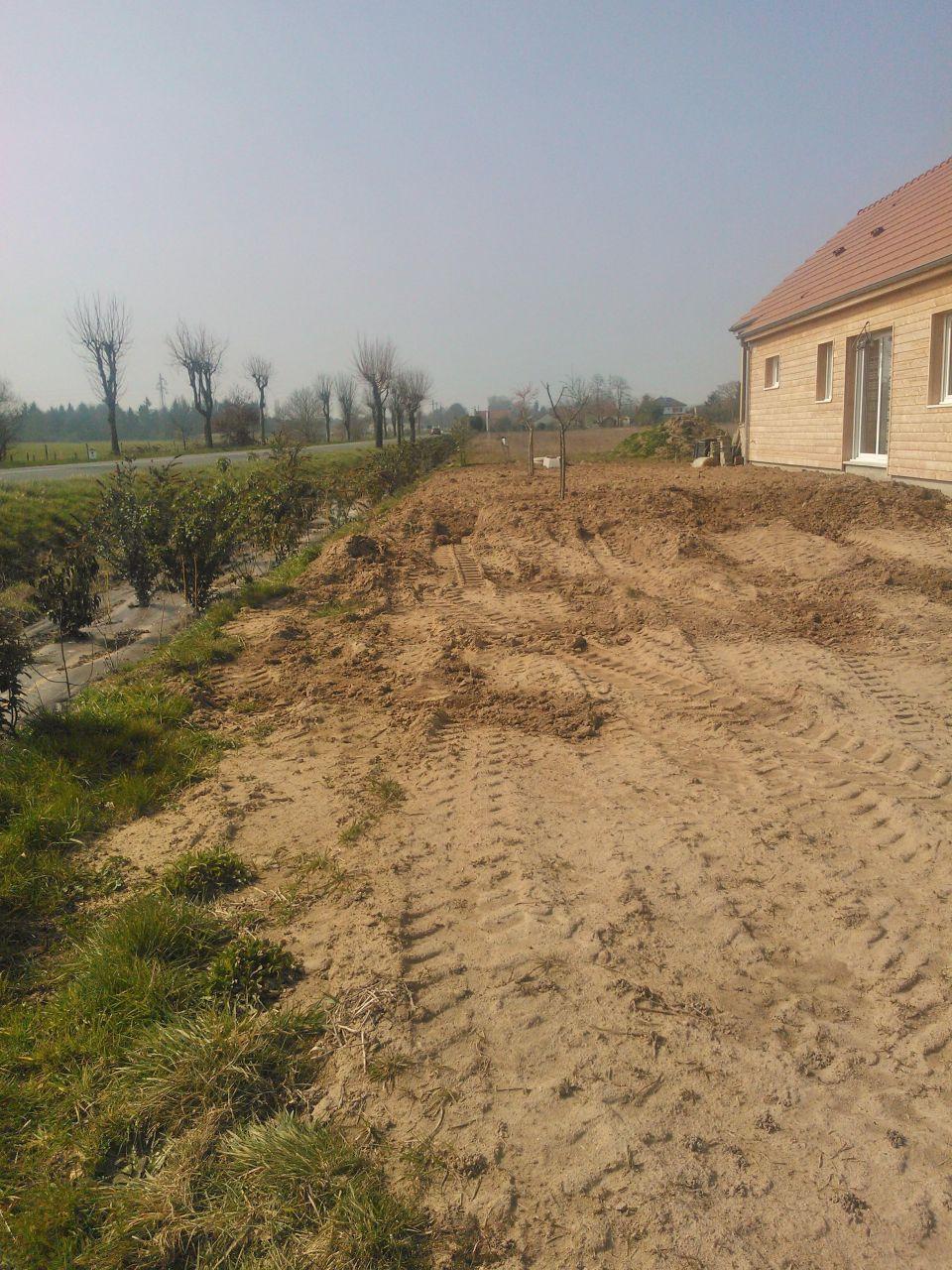 un peu de remblai sur le terrain mais besoin de beaucoup de terre encore!