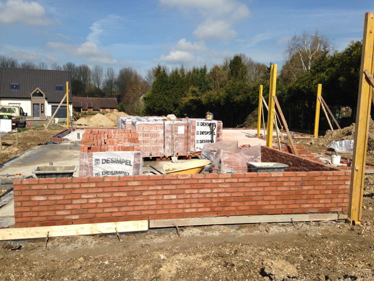 Arrivée des ouvriers et des matériaux pour l'élévation des murs avec une petite semaine de retard.