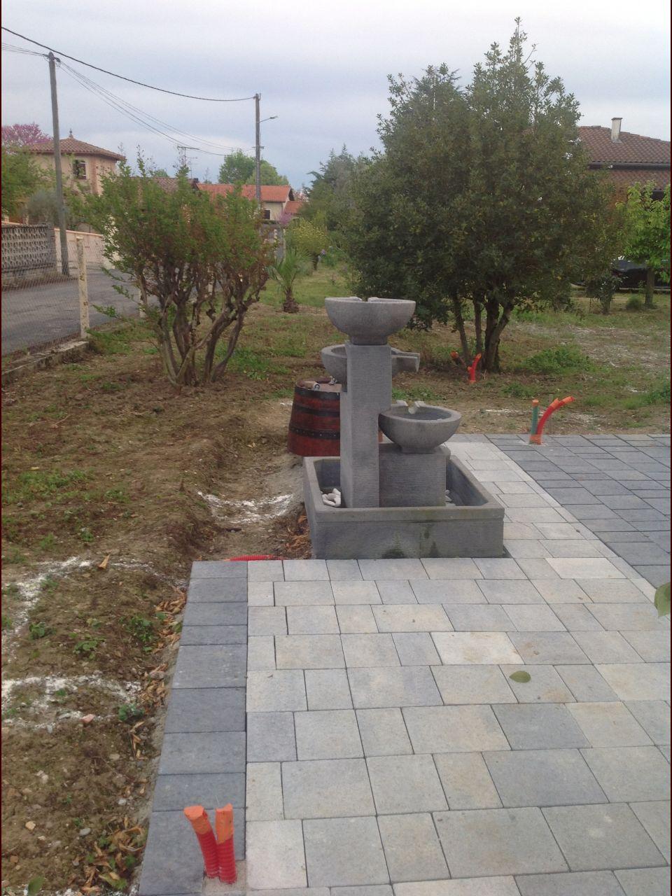 Notre terrasse en pavés avec la fontaine à débordement